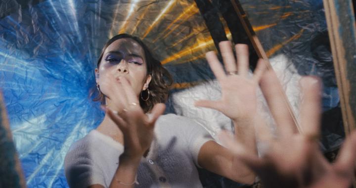 """La colombiana Paula van Hissenhoven construye """"Paredes invisibles"""" en su último videoclip"""