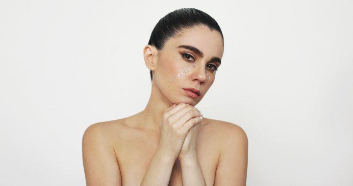 Javiera Mena presenta «Dos», una balada futurista para corazones impetuosos