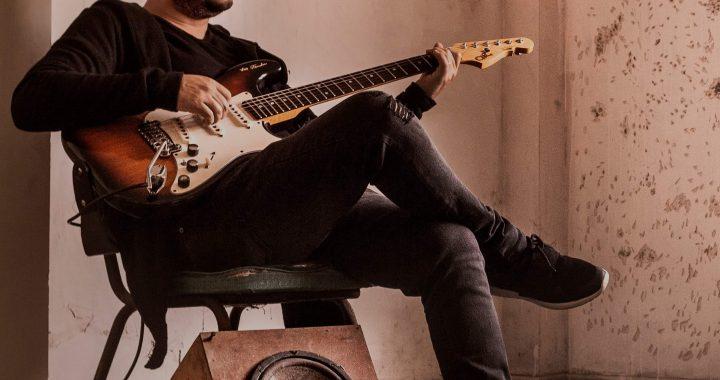 Vali Cáceres nos comparte su particular mirada del 'Santiago' en «Pajarillo», su nuevo single
