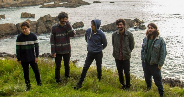 Un viaje por los ritmos latinos: Escucha «Cahueros», de la banda chilena Flora