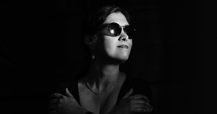 La cantautora arequipeña Maró presenta «Brillando en la oscuridad», un canto de amor e inclusión